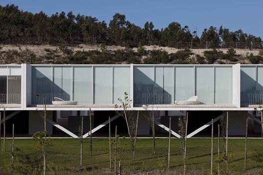 Row-Houses en Bom Sucesso / Inês Lobo Arquitectos. Image © Leonardo Finotti