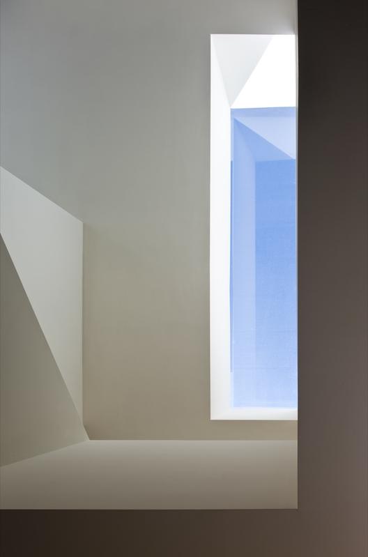 Casa en la Ladera de un Castillo / Fran Silvestre Arquitectos . Image © Fernando Alda