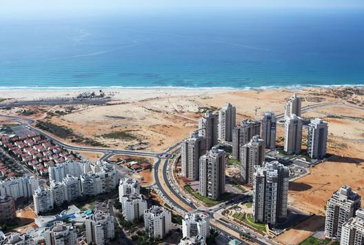 New neighbourhoods in Netanya. Image © Itamar Grinberg / The Israeli Pavilion 2014