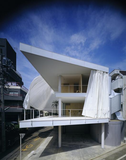 Curtain Wall House. © Hiroyuki Hirai