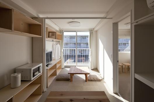 Habitação Temporária de Contêiner . Imagem © Hiroyuki Hirai
