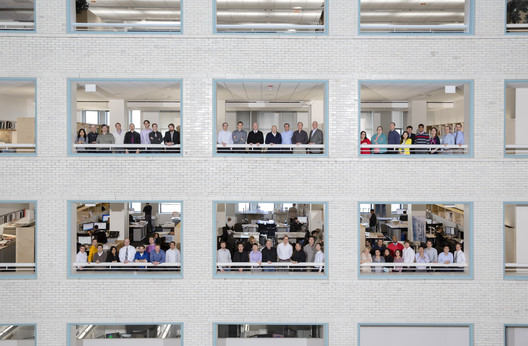"For a relatively large practice, SOM Chicago rarely feels like one. Pictured here are the several dozen architects and engineers that make up the firm, including representatives from two in-house groups: the Chicago Structures Group and so-called ""Research Gang,"" under the direction of ""maker"" Bill Baker. Image © Tim Klein"