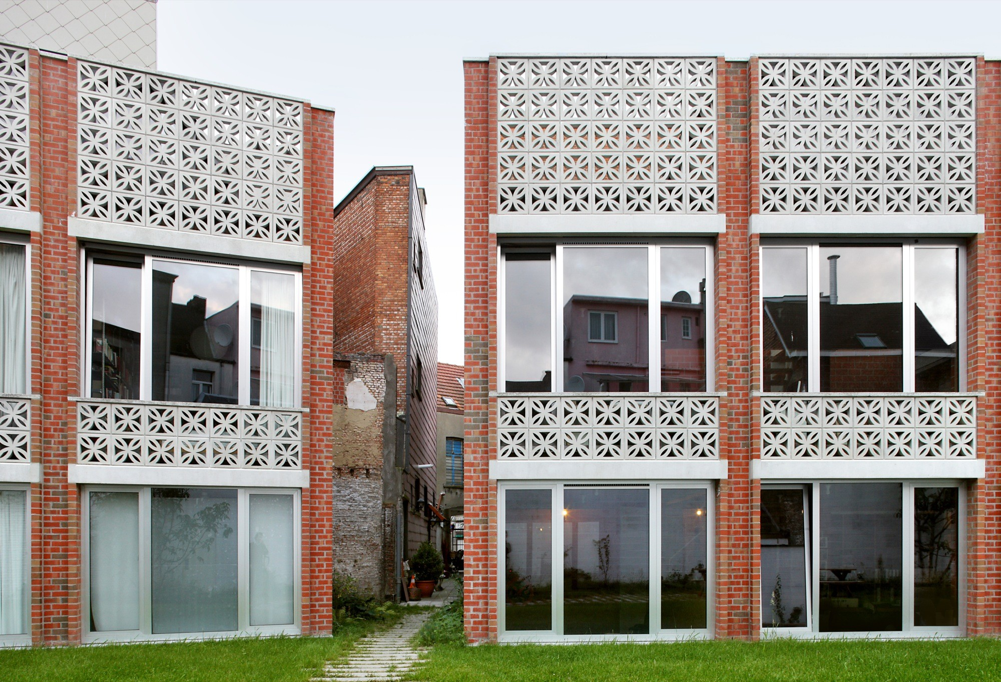 Mixed use infill 3 houses and an office / Collectief Noord, © Filip Dujardin