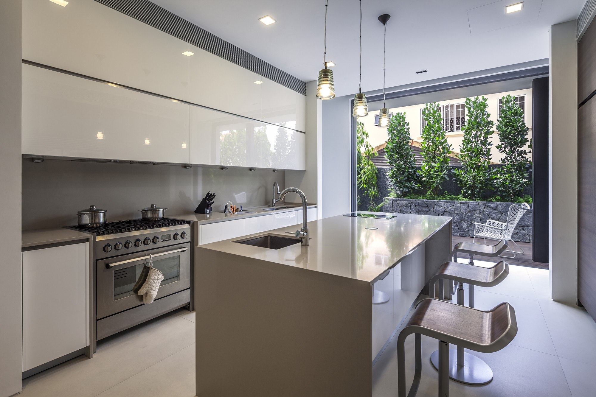 Gallery of far sight house wallflower architecture for Most modern kitchen