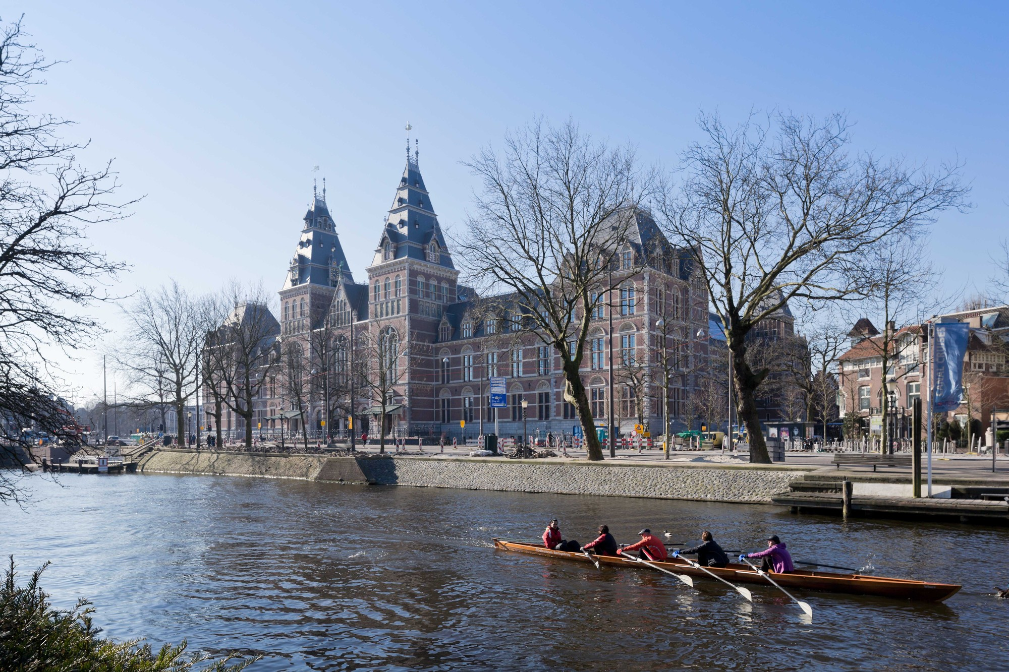 Courtesy of Rijksmuseum / View across the Singelgrachtkering Canal. Image © Iwan Baan