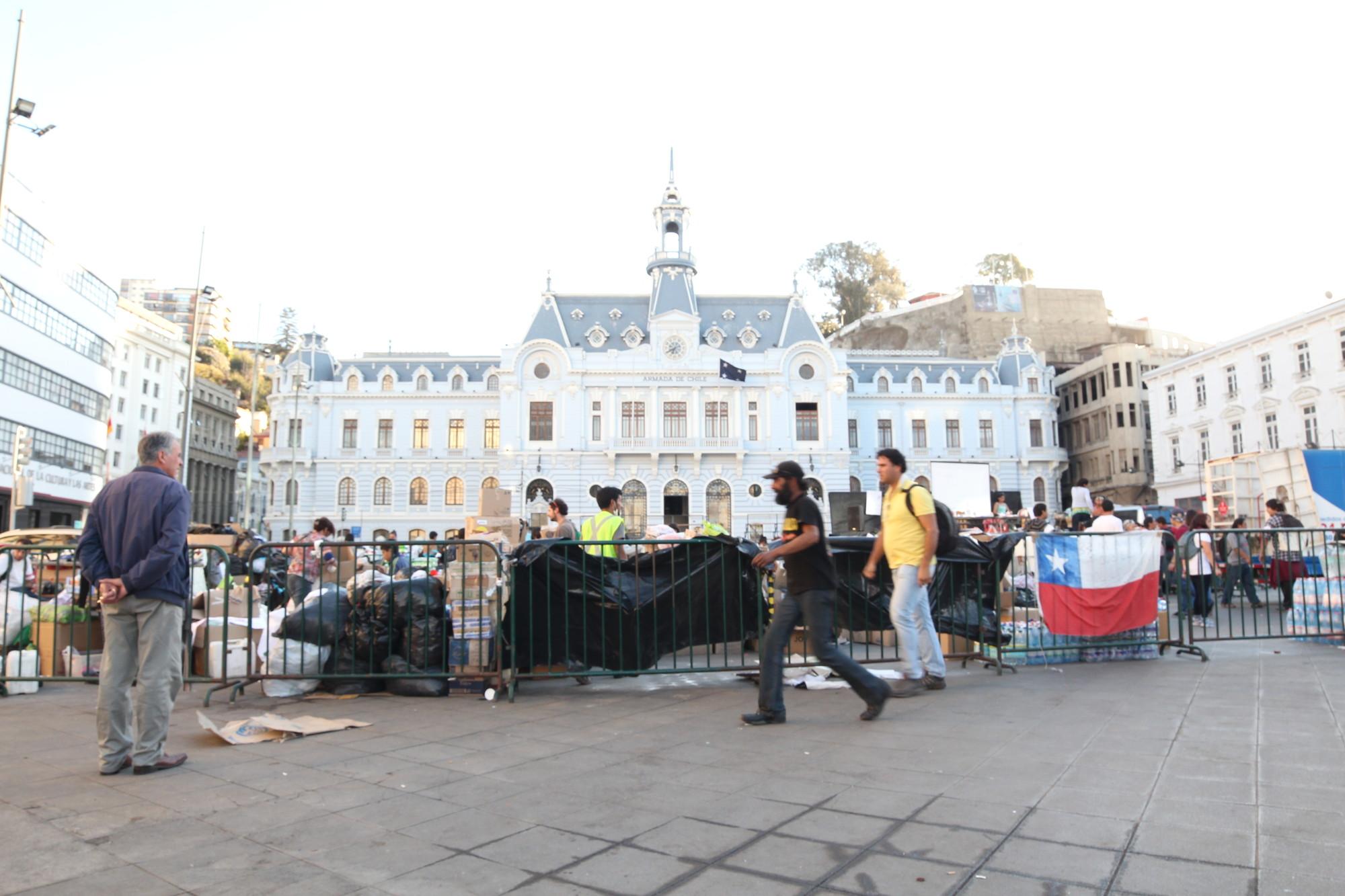 Recolección de donaciones en Plaza Sotomayor, Valparaíso. Image Courtesy of Nicolás Valencia