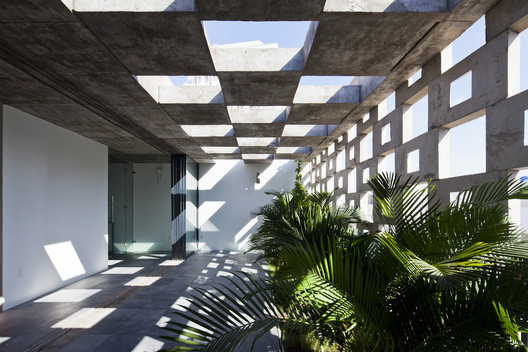 Binh Thanh House / Vo Trong Nghia Architects + Sanuki + Nishizawa architects. Image © Hiroyuki Oki