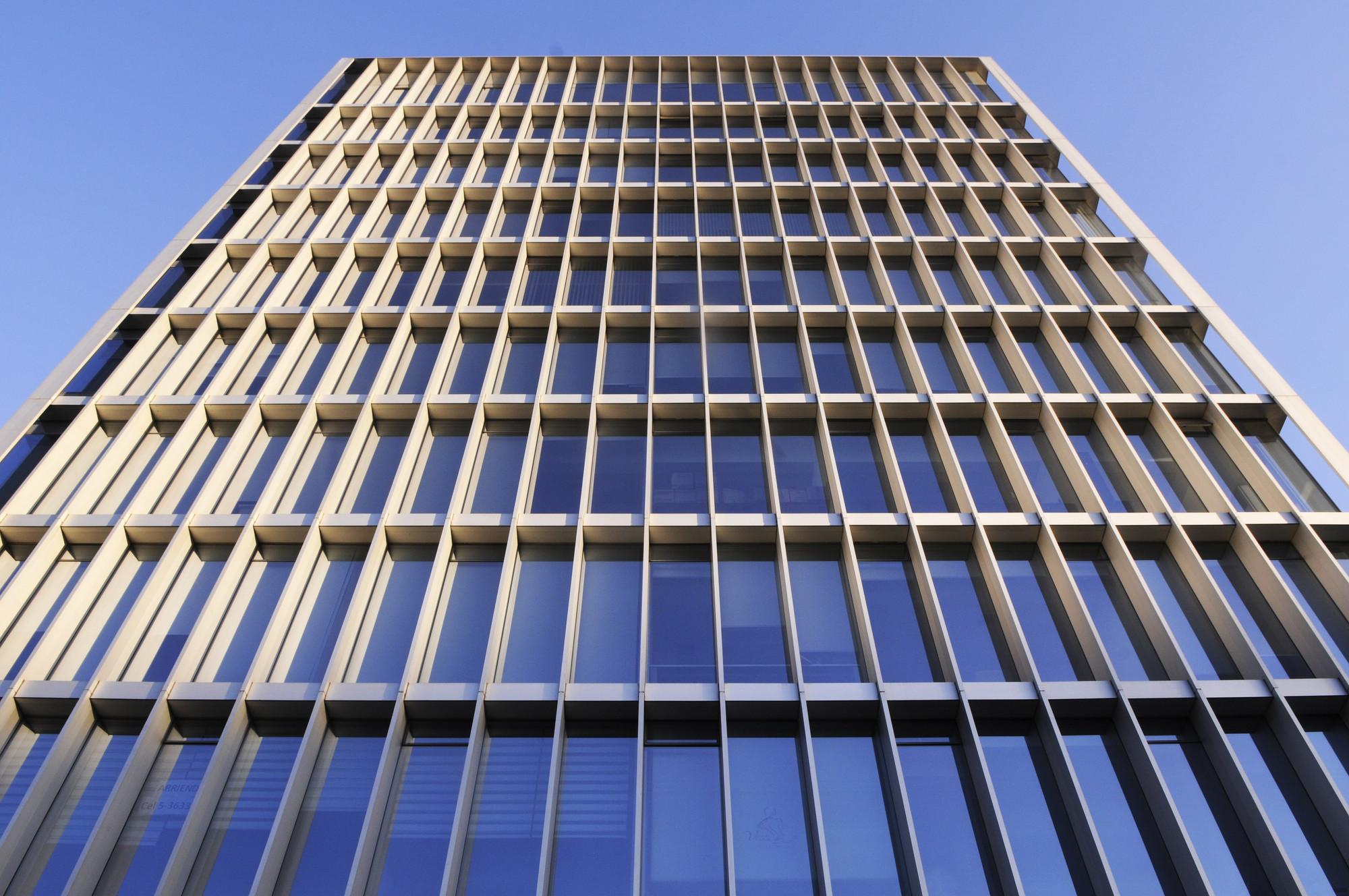 Arquitectura e Ingeniería Estructural: Una sinergia necesaria en el país de mayor sismicidad del mundo, Edificio de Oficinas Lo Fontecilla / + arquitect. Image Courtesy of Bming