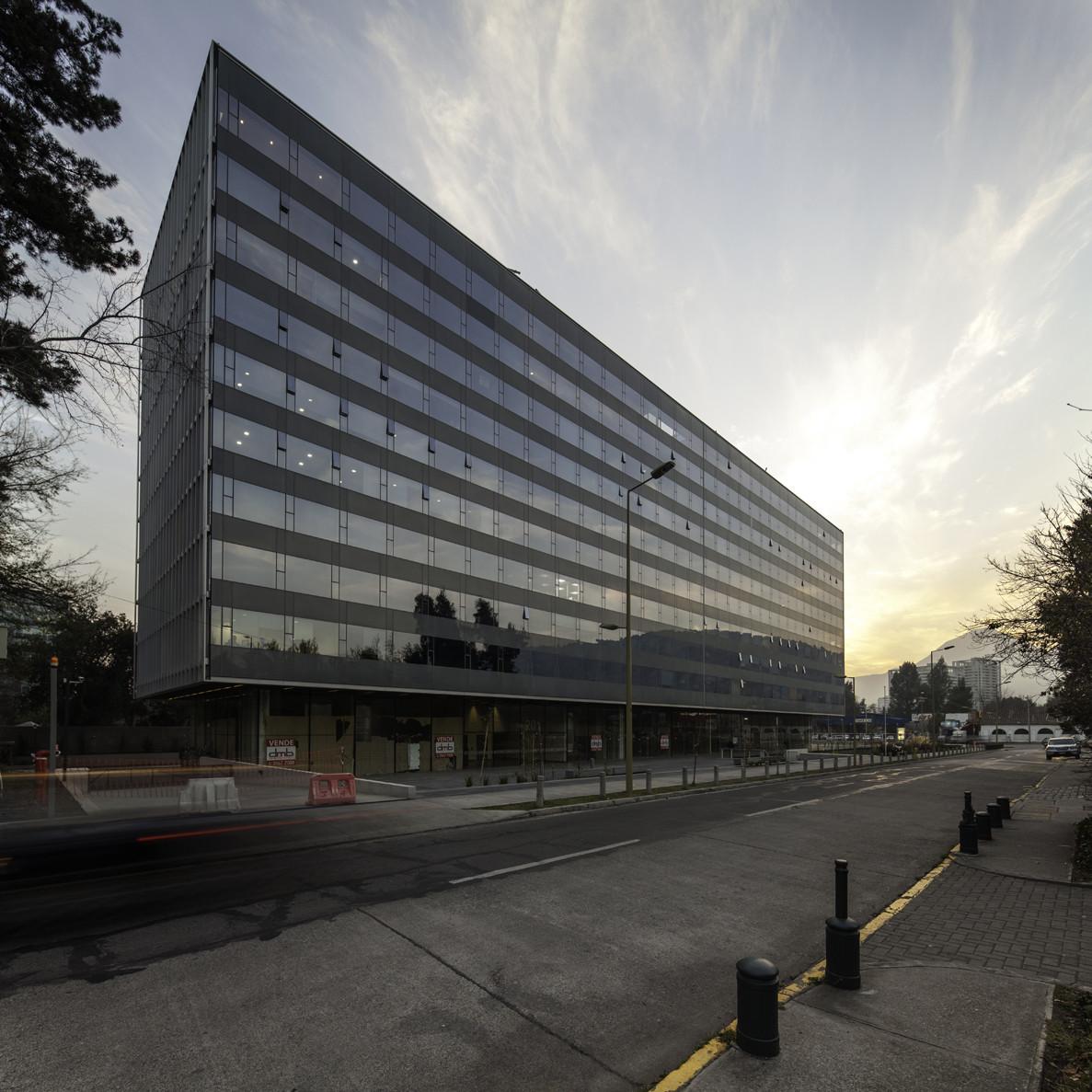 Edificio de Oficinas Lo Fontecilla / + arquitect. Image Courtesy of Bming