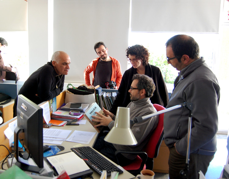 """Profesores revisando la primera copia de """"Talca, Cuestión de Educación"""", 2013. Image © José Luis Uribe"""