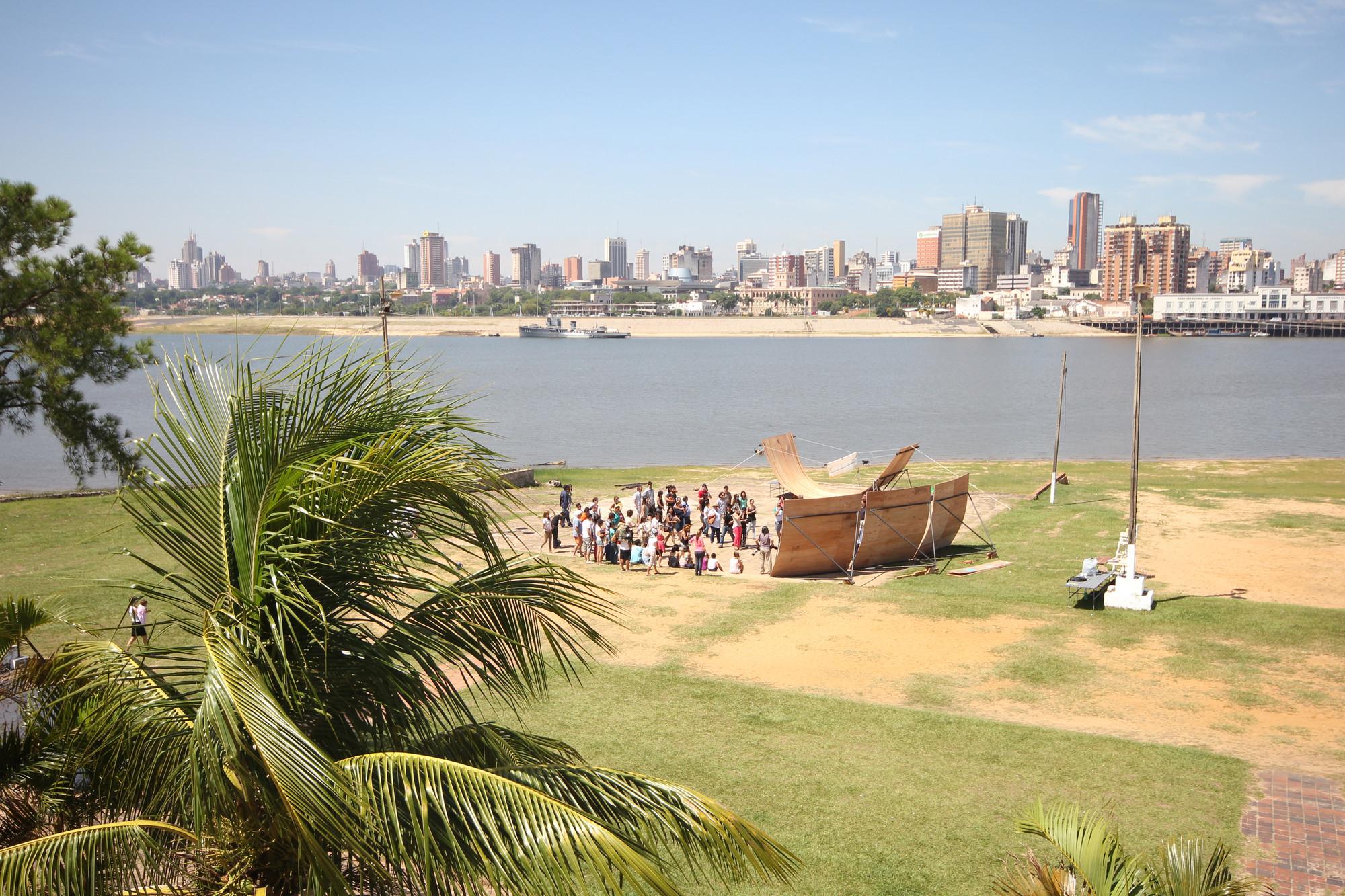 """""""Workshop Aqua Alta. Donación de Escenario Nómada"""". Asunción, Paraguay 2014. Fotografo: Jesús Pereira  . Image © Colectivo Aqua Alta"""