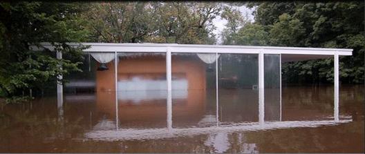 A pesar de haber sido diseñada sobre pilotes para dejar pasar el agua debajo de la estructura, la severidad de las inundaciones han dejado la casa con el agua -literalmente- hasta el cuello