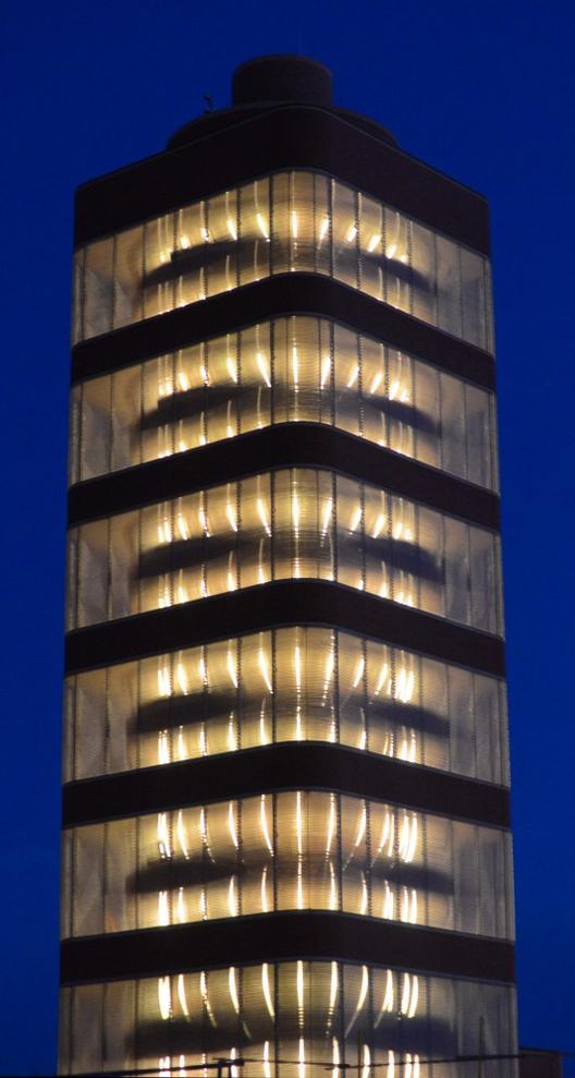 La torre iluminada cd noche. Image © SC Johnson