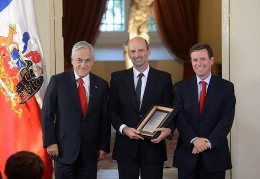 Sergio Baeriswyl (centro) en ceremonia del Premio Nacional de Urbanismo 2014. Image Courtesy of MINVU