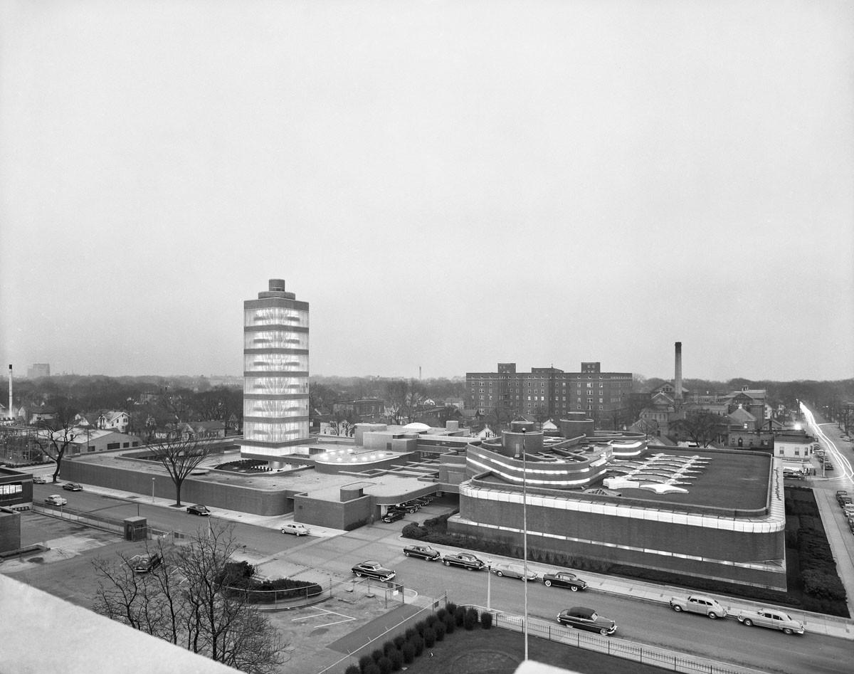 Vista de la torre de investigación y edificio administrativo. Image © Ezra Stoller/Esto