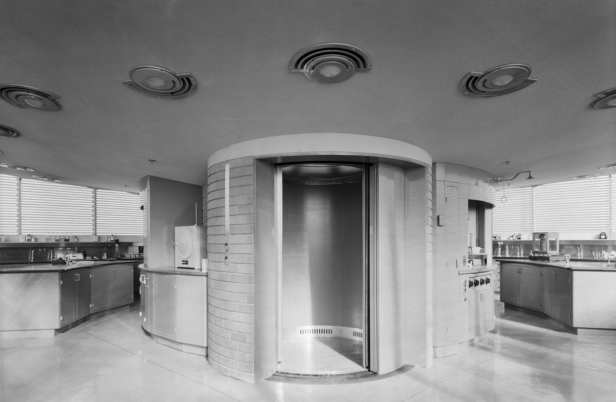 Vista del pequeño ascensor redondo. Image © Ezra Stoller/Esto