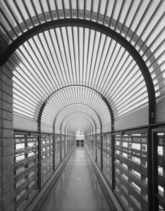 Vista del puente de conexión entre el edificio de la administración y la torre. Image © Ezra Stoller/Esto