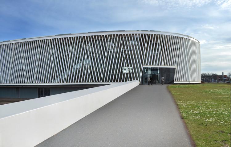 Centro Deportivo en Alcazar de San Juan / Rojo/Fernandez-Shaw , Cortesía de Begoña Fernández-Shaw