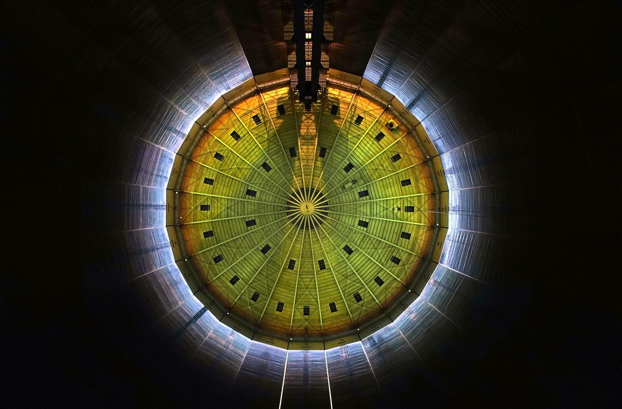 320º LICHT: creación de una catedral de luz dentro de un tanque de gas por URBANSCREEN, Courtesy of URBANSCREEN