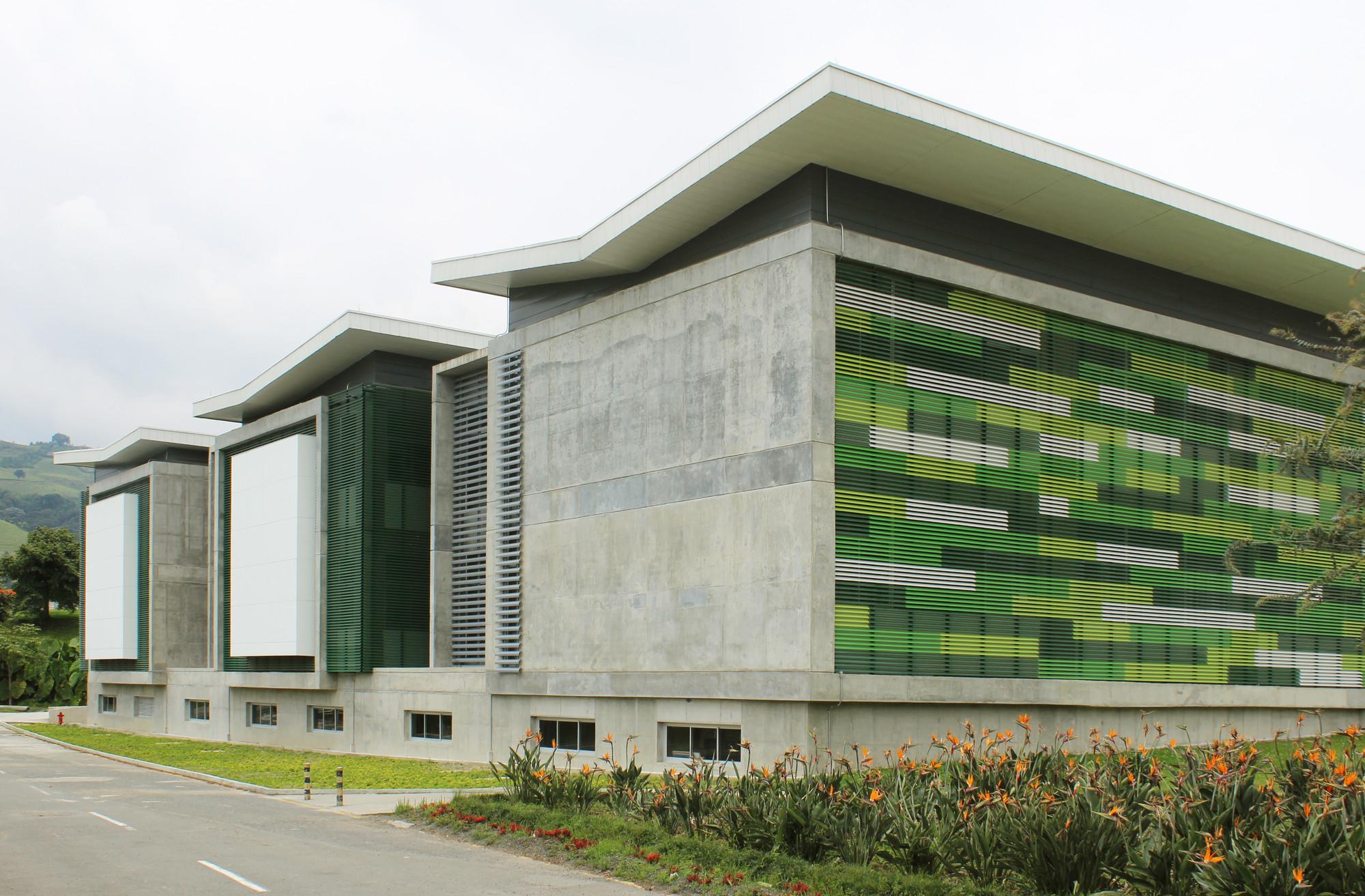 Galer a de edificio de qu mica e ingenier a qu mica for Edificios educativos arquitectura