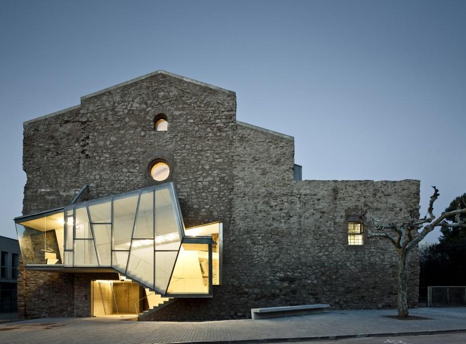 Auditorio en la Iglésia de Sant Francesc (Santpedor) – David Closas ©Jordi Surroca. Image Courtesy of Institut Ramon Llull