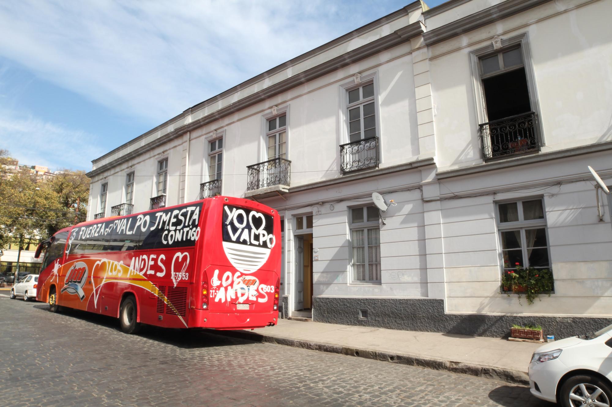 Bus de voluntarios en Valparaíso. Image © Nicolás Valencia M.