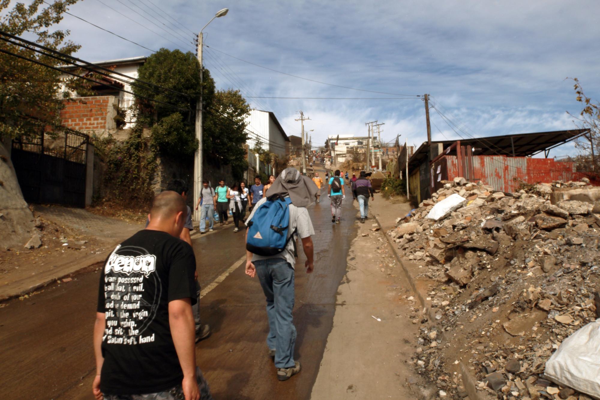 Voluntarios subiendo al cerro La Cruz. Image © Nicolás Valencia M.