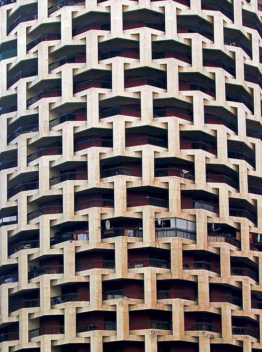 Edificio Ibrahimi, Abu Dhabi, fachada, 1980s © Marco Sosa