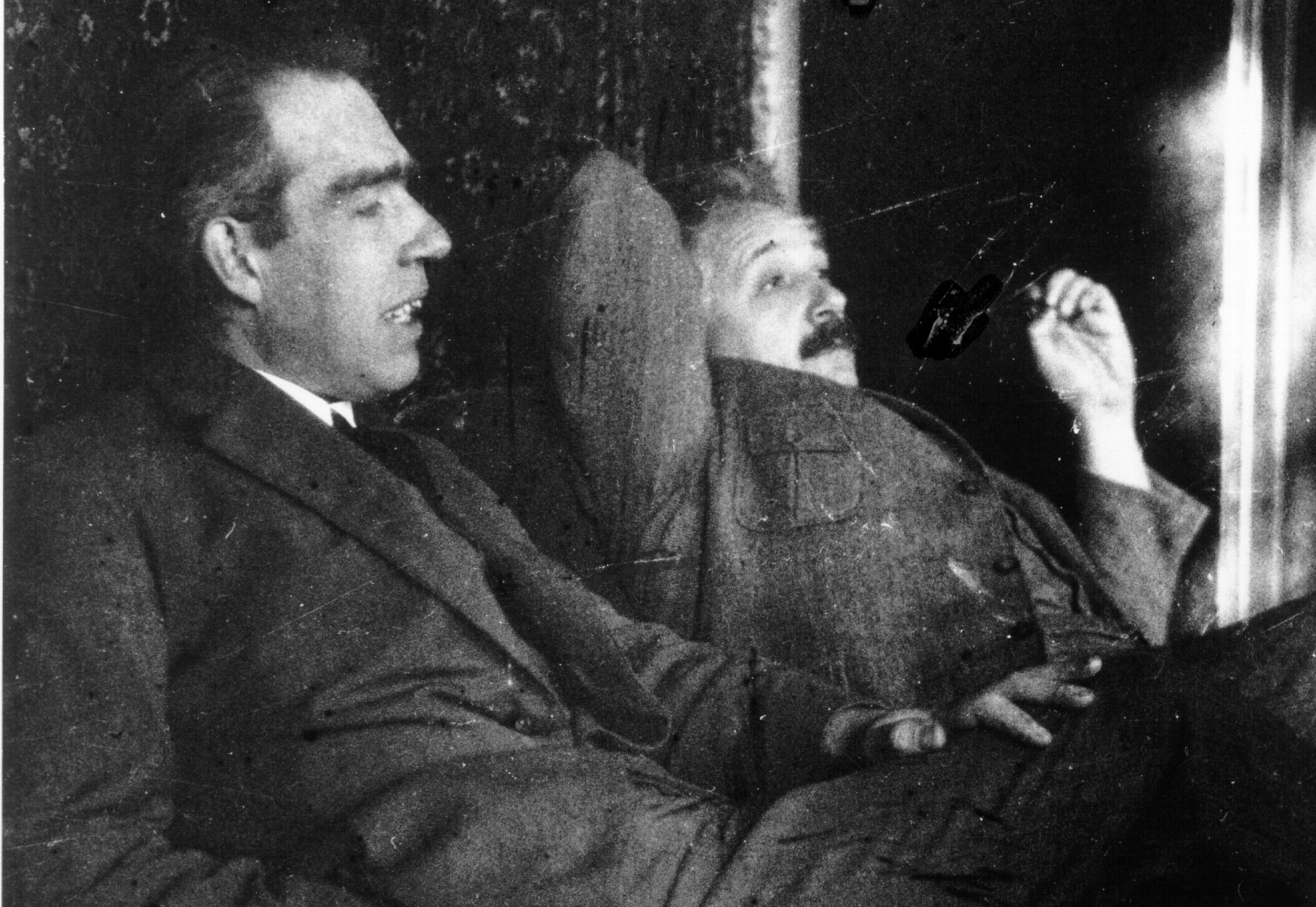 Niels Bohr & Albert Einstein, Foto de Paul Ehrenfest (1925), Cortesía AIP Emilio Segre Visual Archives