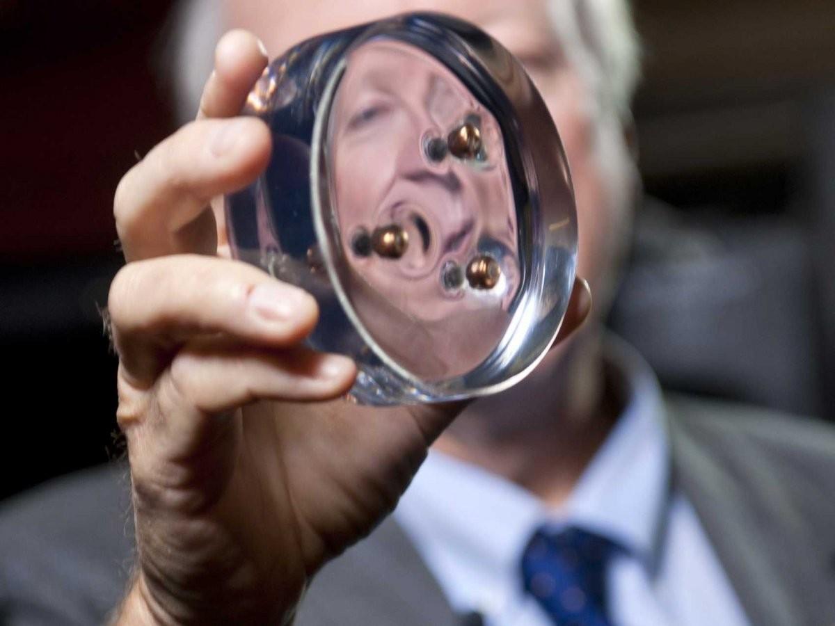 """Seis materiais """"milagrosos"""" que estão transformando a indústria, Ned Thomas, professor da Escola de Engenharia George R. Brown em Rice e um cientista de materiais segura um disco de poliuretano com as balas paradas dentro. Imagem Cortesia de Tommy LaVergne"""