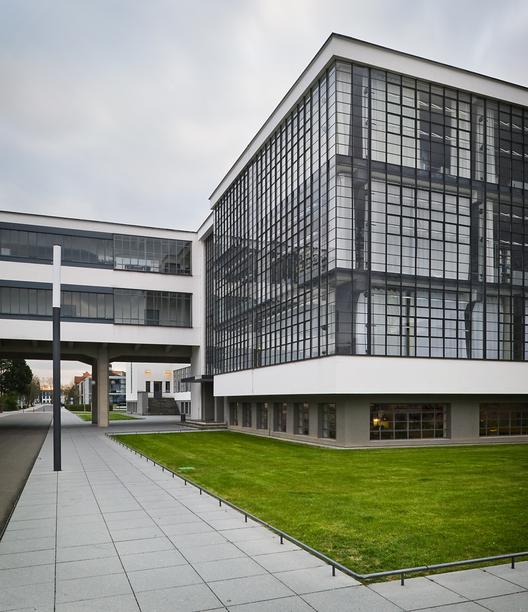 Cl sicos de arquitectura edificio de la bauhaus en dessau - Bauhaus iluminacion interior ...