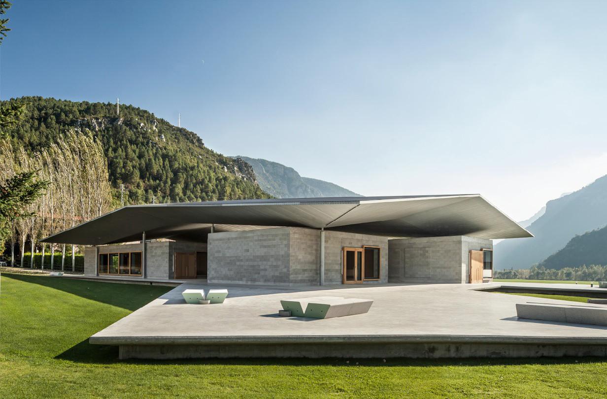 España: arquitecto José Ahedo, ganador de los US$100.000 del Wheelwright Prize, Jose Ahedo y Blanca Pyrenees: Els Hostalets de Tost, España (2013). Imagen cortesía de Wheelwright Prize