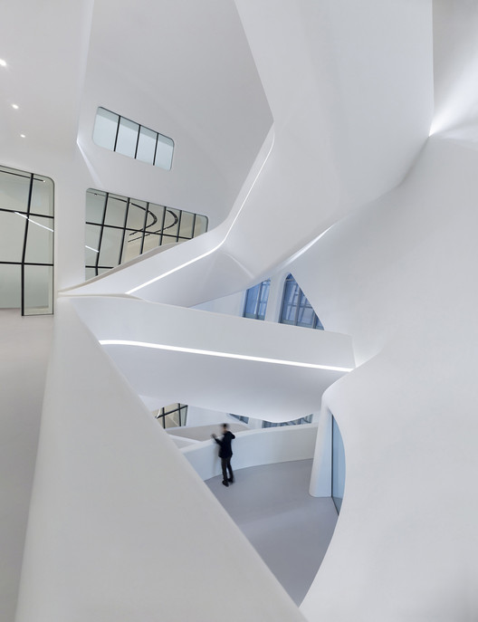 Plaza Dongdaemun / Zaha Hadid Architects . Image © Virgile Simon Bertrand