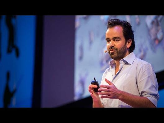 Iwan Baan fala sobre suas viagens como fotógrafo de arquitetura. Imagem via TED Talk no YouTube
