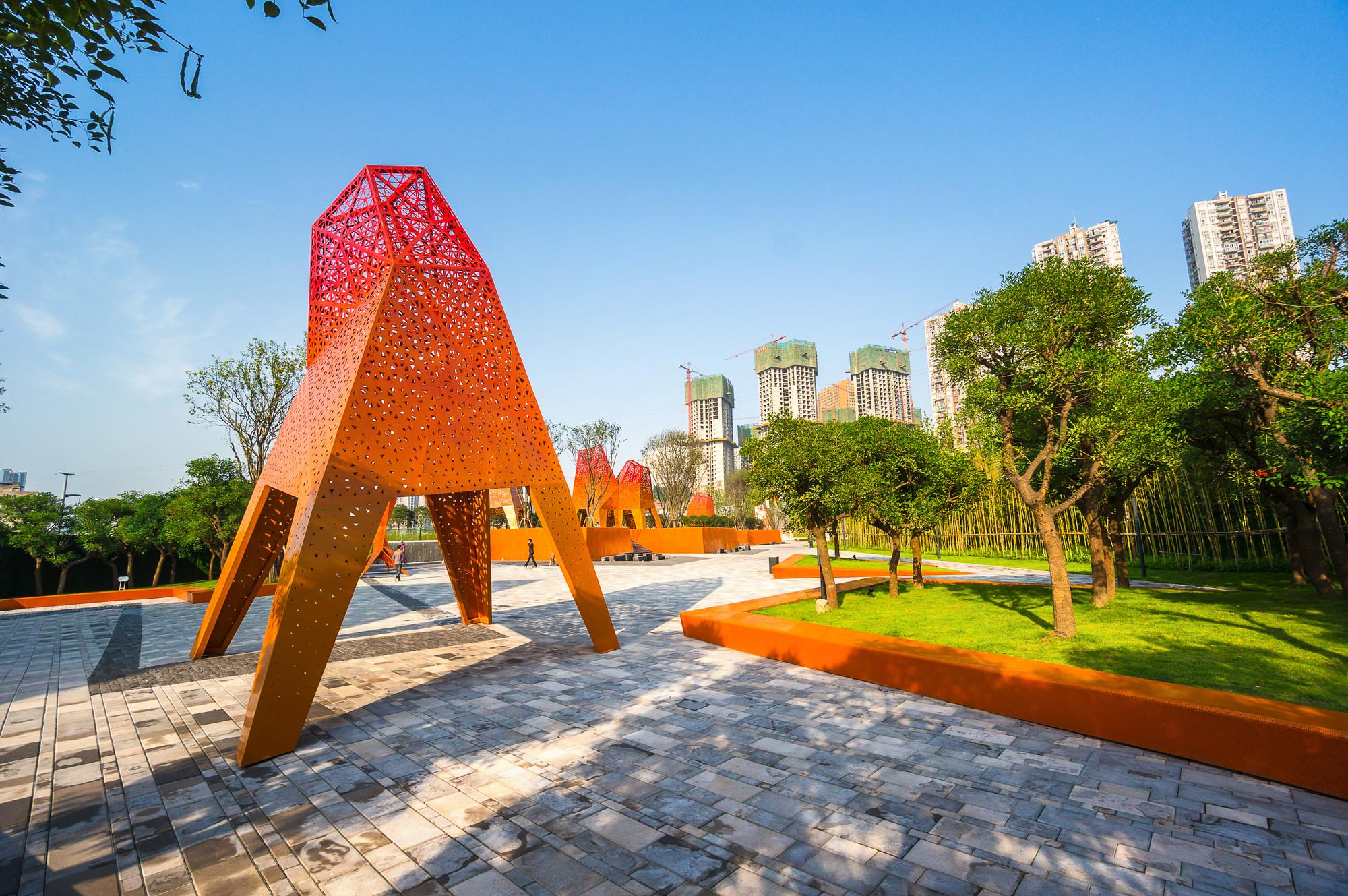Arquitectura y Paisaje: Pabellones de metal perforado se elevan por encima de un parque por Martha Schwartz, © Terrence Zhang