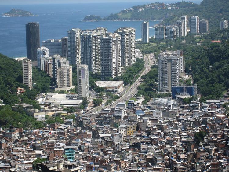 Via imgur.com. ImageRocinha, Rio de Janeiro - Brasil