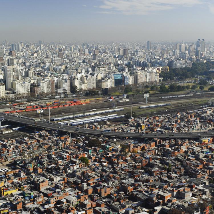 Segregación en 6 fotografías: desigualdad a vuelo de pájaro, Via macacovelho.com.br. ImageVilla 31, Buenos Aires - Argentina