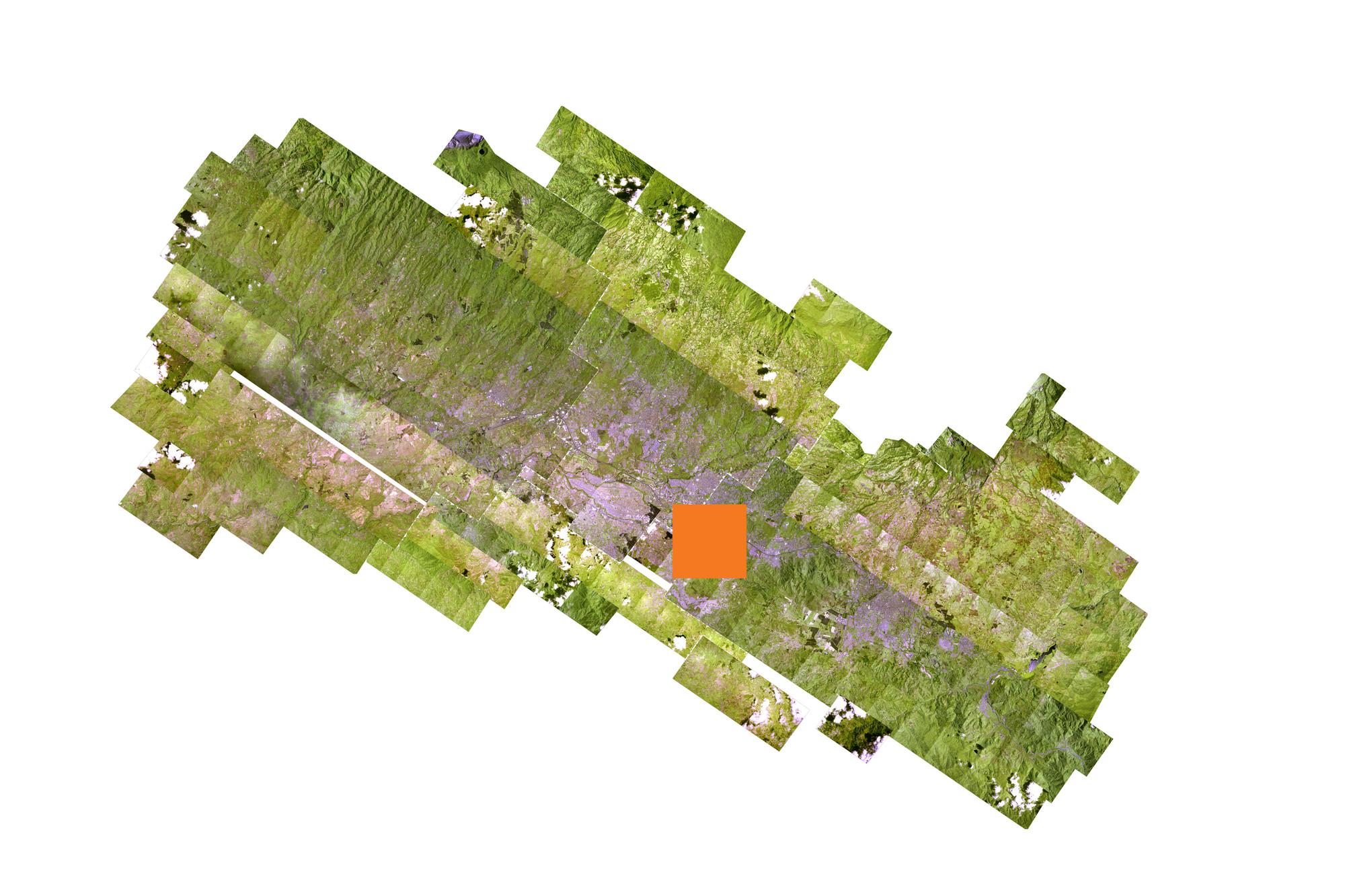 La compuesta imagen satélite de la GAM ilustra la concentración de las ciudades en el Valle Central de Costa Rica. Las laderas hacia las sierras al norte y al sur fungen como fronteras naturales para el desarrollo urbano. Sin embargo, muchos de las suburbanizaciones han crecido a lo largo de las laderas, donde sustituyen los usos agrícolas o bosques y amenazan los acuíferos que abastecen a la GAM con agua potable. El cuadrado naranja indica la zona central de San José y su crecimiento suburbano hacia el sureste.. Image Cortesia de  A-01 y PRUGAM
