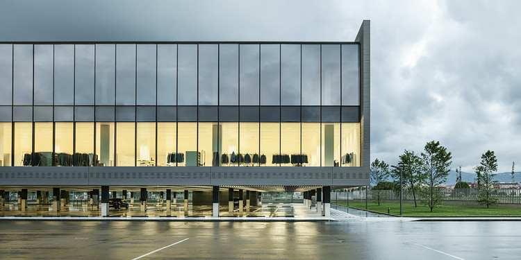 Nuevas Oficinas de Massimo Dutti en Tordera  / Battle i Roig Architectes, © Jordi Surroca