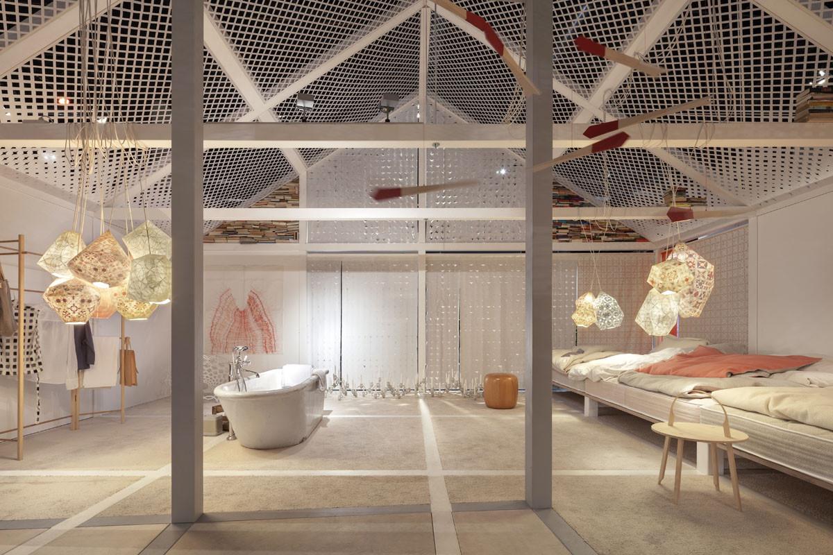 Una casa para el Futuro, Inspirada por Alicia en el País de las Maravillas, El espacio está lleno de pequeños detalles de invención, que incluyen una bañera de gres de 100 años (arriba) y una pared de 573 herramientas para el taller de cocina (abajo). Imagen Cortesía de Constantin Meyer/Koelnmess
