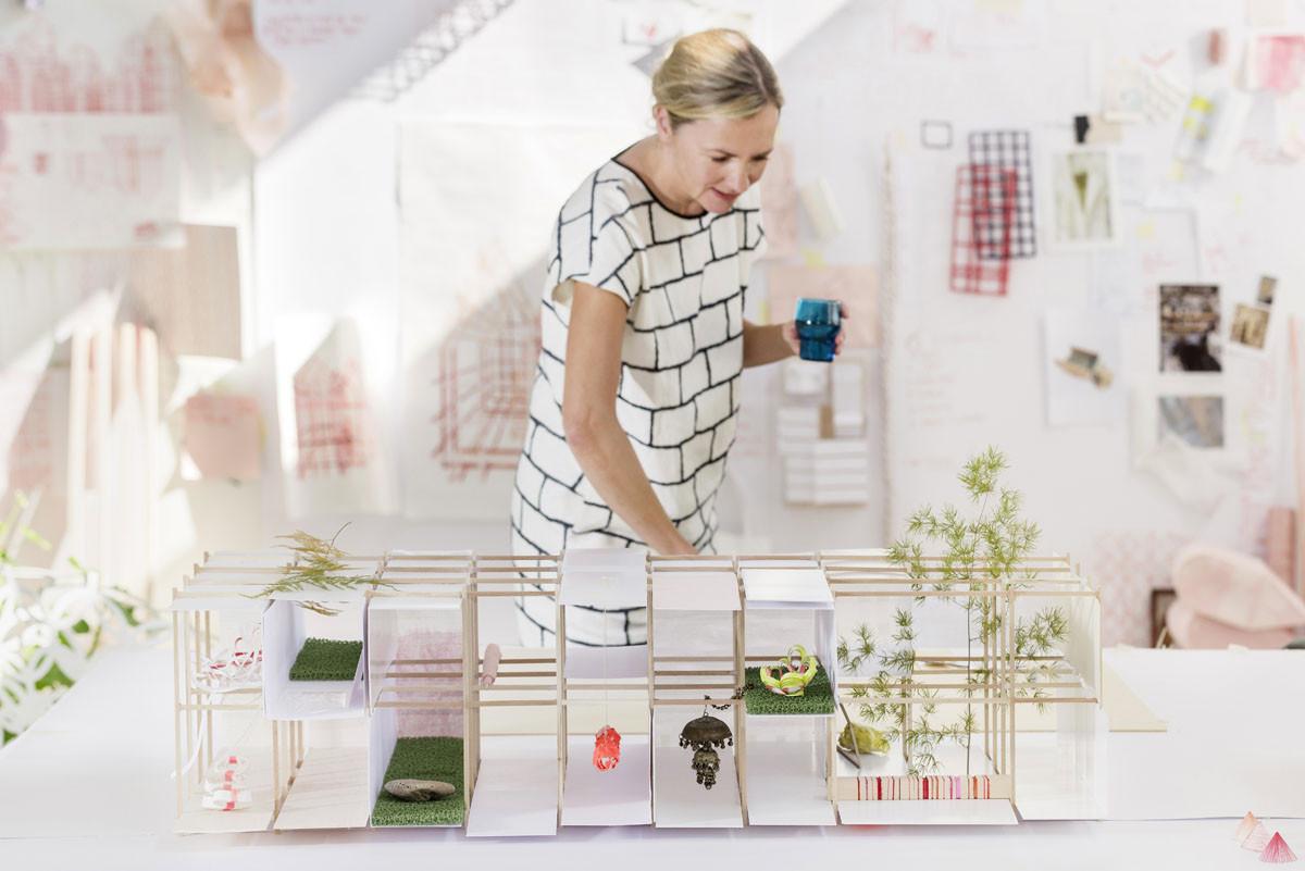 El diseñador danés Louise Campbell analiza el modelo de Das Haus (o Ideal House), que debutó en la Feria del Mueble IMM Cologne en Enero. Imagen Cortesía de Constantin Meyer/Koelnmess