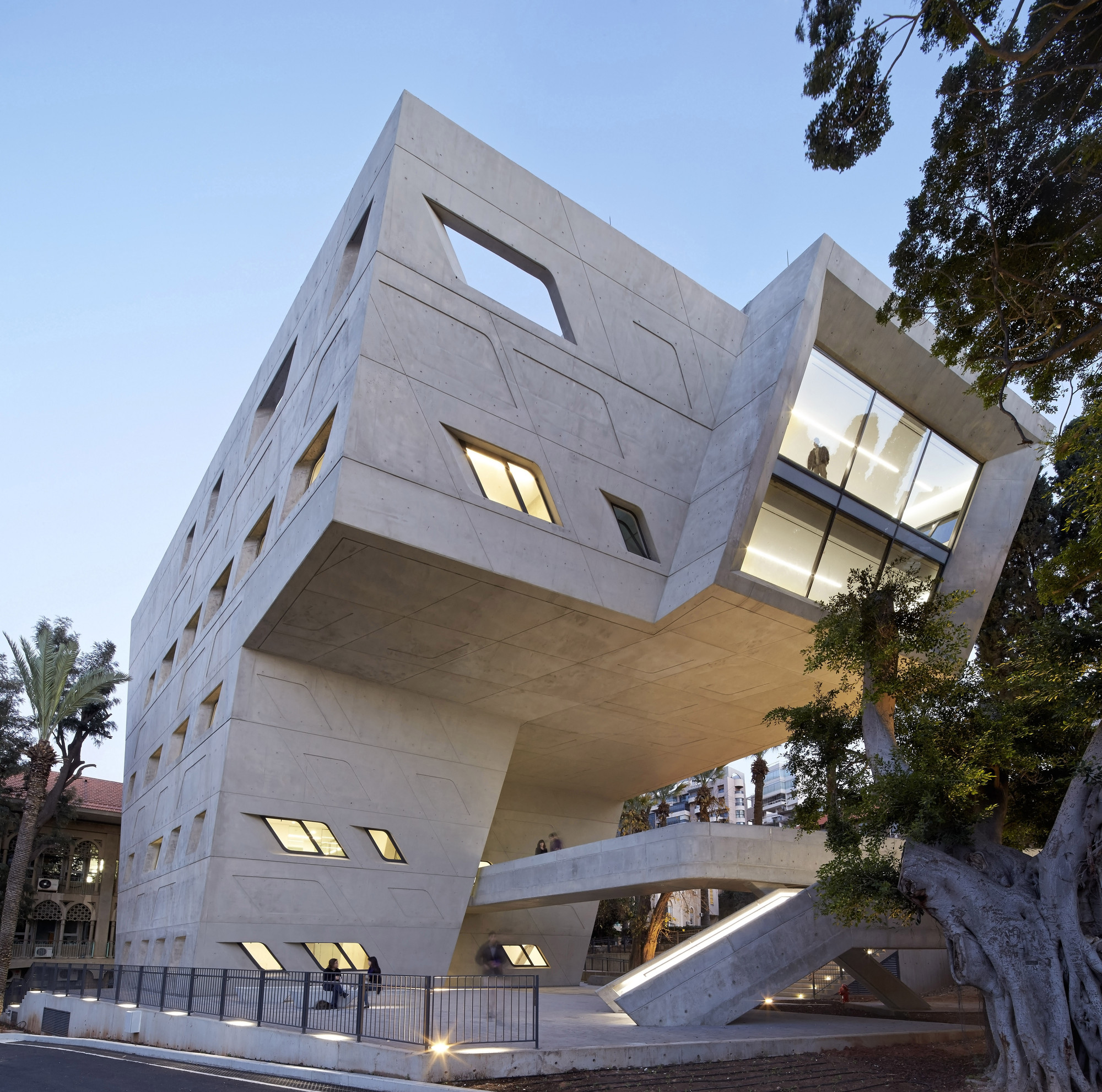 Issam fares institute american university of beirut for Architecture zaha hadid