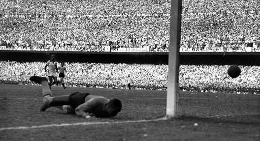 Barbosa mira el balón dentro del arco. Es el 2-1 para Uruguay. Image © Vía orgullo-celeste.com