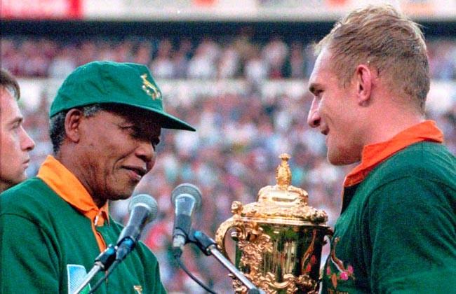 Nelson Mandela felicita al capitán de la selección sudafricana de rugby, Francois Pienaar (1995). Image © Vía SCMP