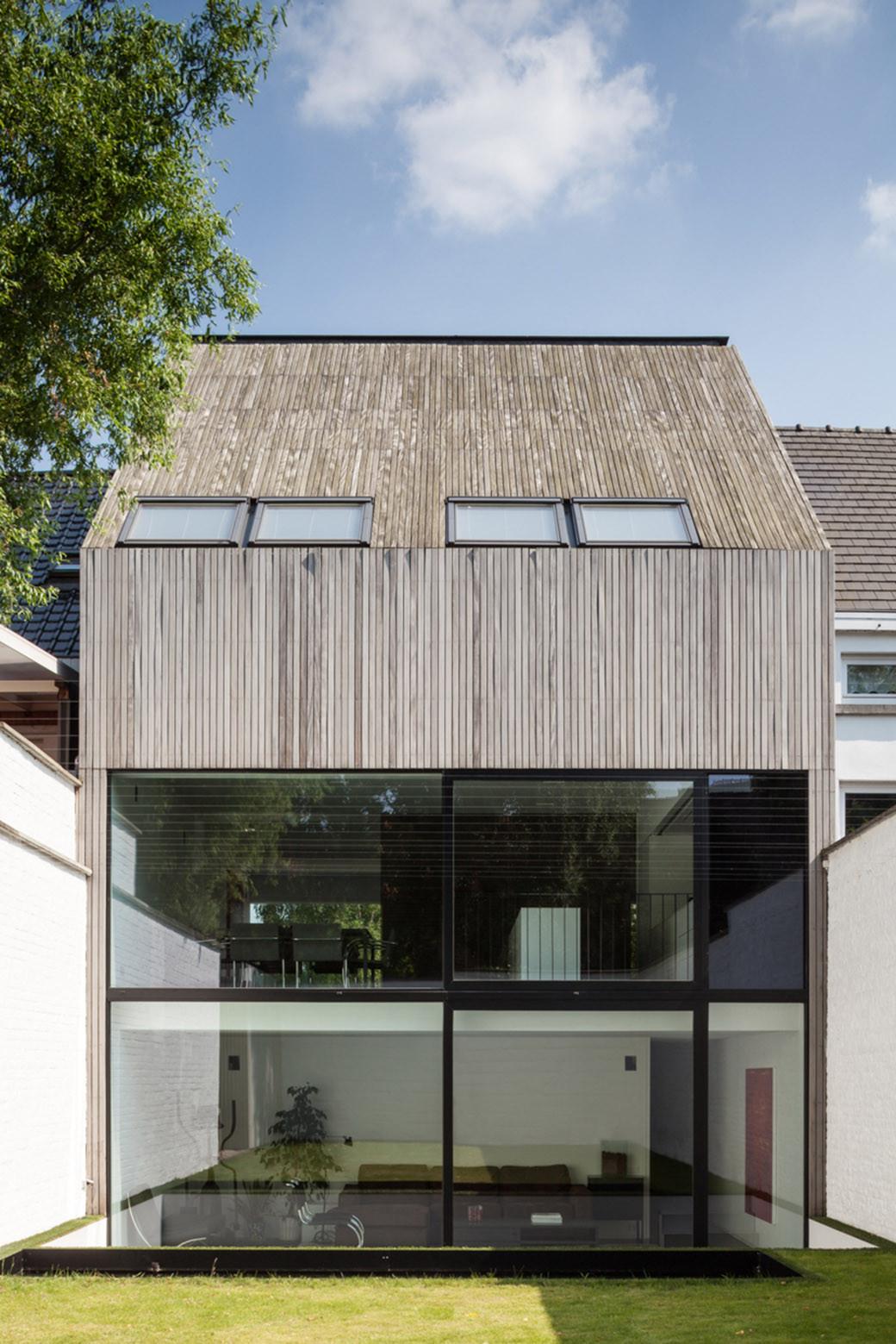 Gallery of wooden house cm bruno vanbesien christophe for Modern terraced house decor