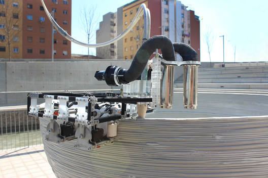The Grip Robot applies further layers to build up the shell. Image Courtesy of Institute for Advanced Architecture of Catalonia