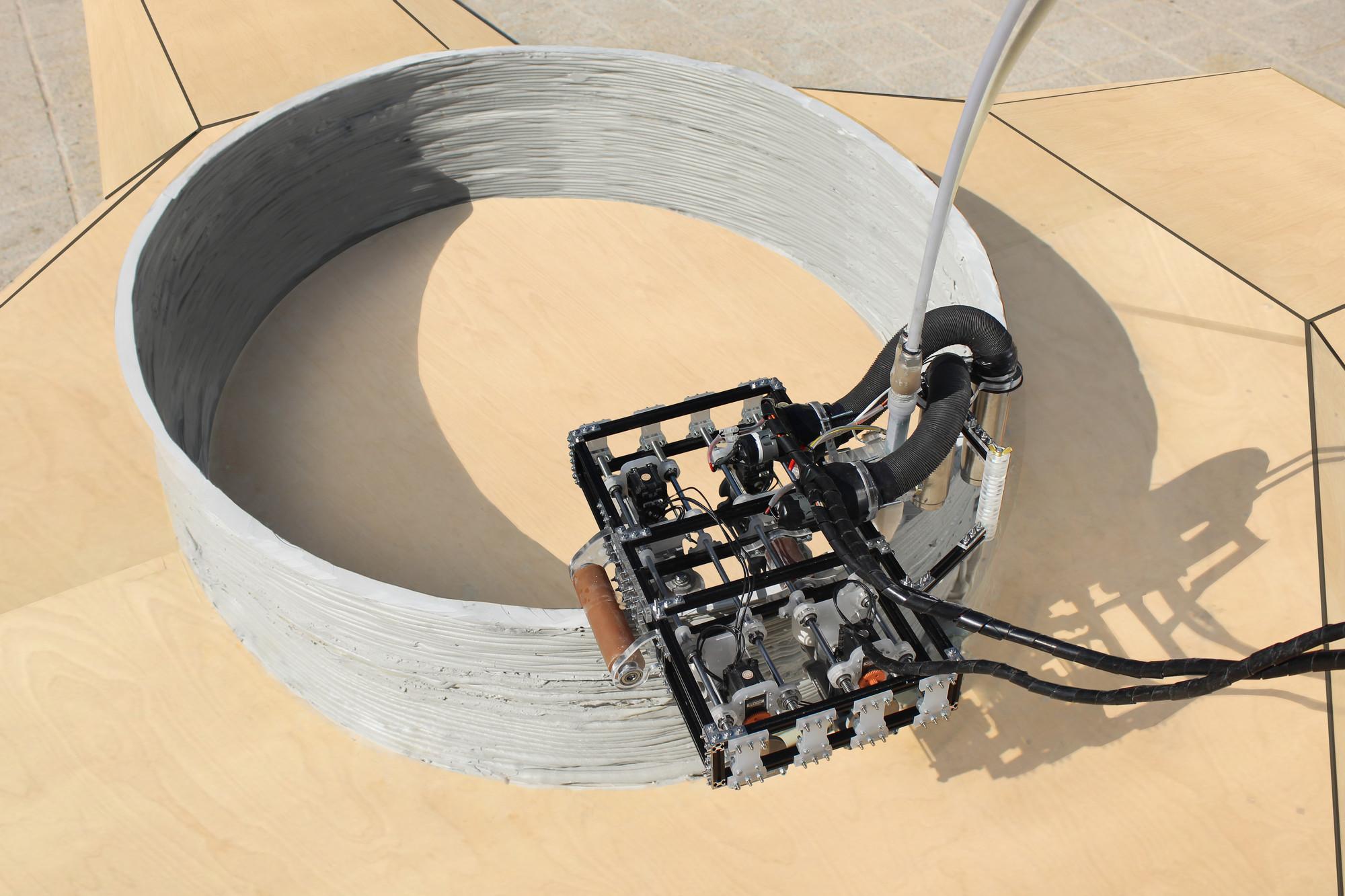 """El """"robot de sujeción"""" aplica mas capas para construir sobre la concha. Imágen cortesía del Instituto de Arquitectura Avanzada de Cataluña"""