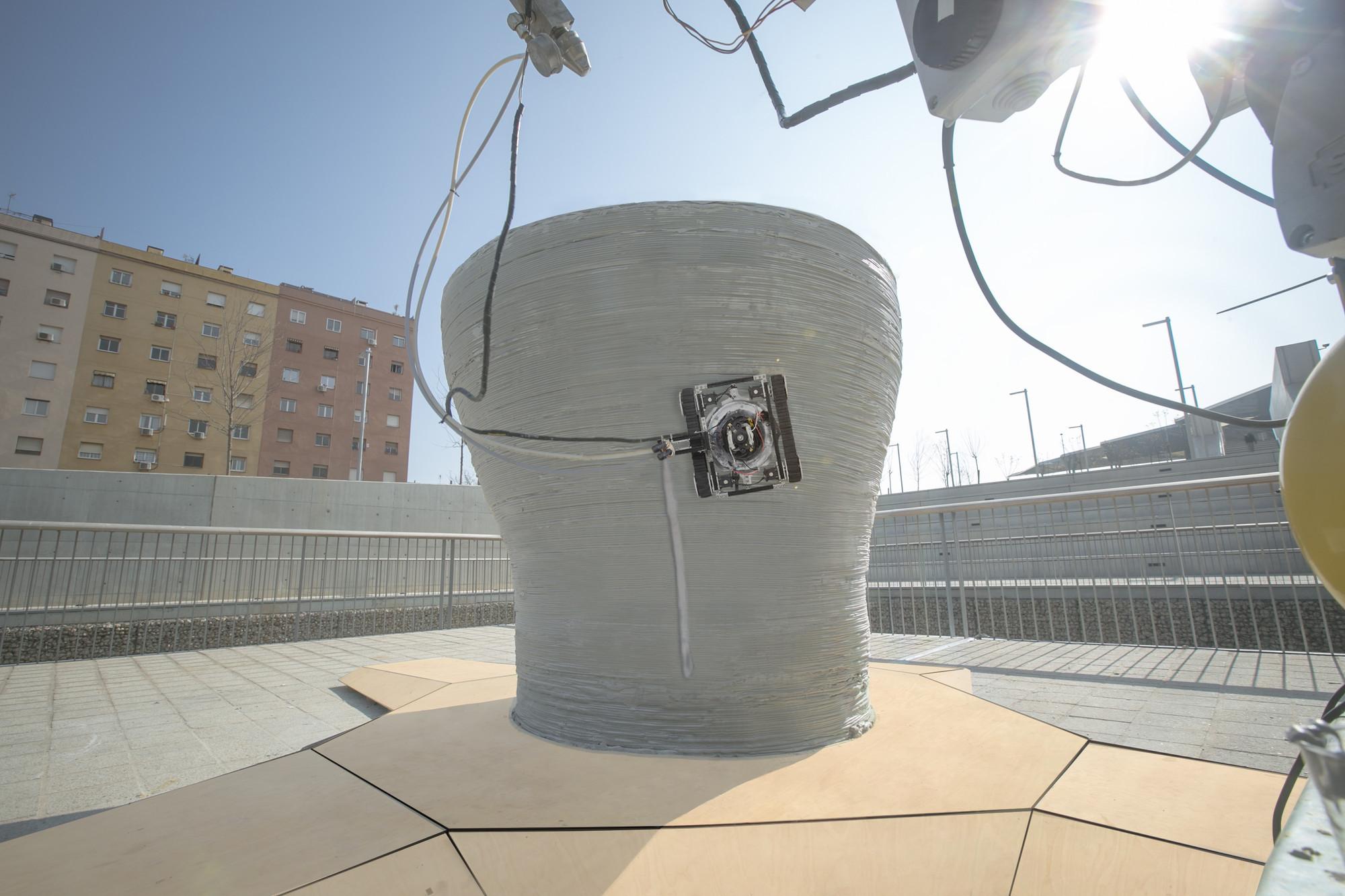 """El """"robot de sujeción"""" puede moverse en cualquier dirección alrededor de la estructura añadiendo capas extra para fortalecerla. Imágen cortesía del Instituto de Arquitectura Avanzada de Cataluña"""