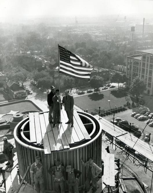 La ceremonia de la cubierta de la Torre el 15 de octubre de 1949. Jake Stocker, el supervisor de la construcción, está a la derecha. Image © SC Johnson
