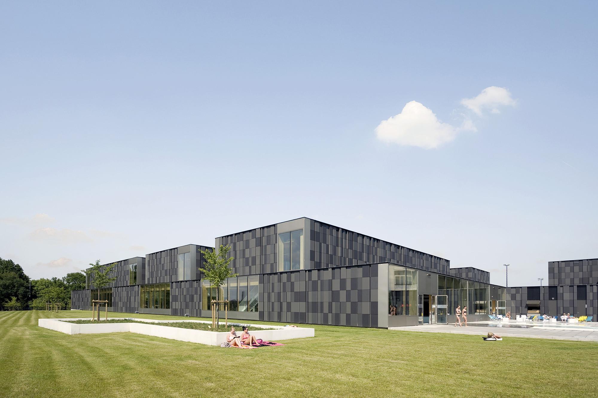 Multifunctional swimming pool complex De Geusselt  / Slangen+Koenis Architects, © Marcel van den Burg